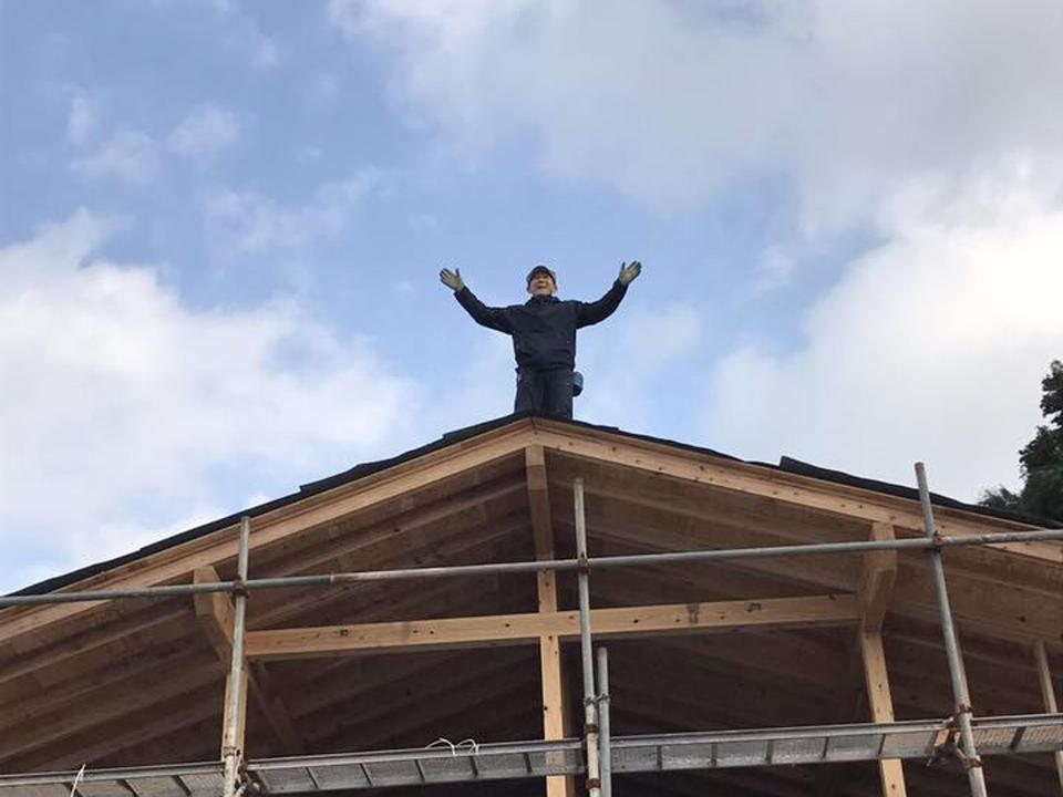 屋根の上に誰かが