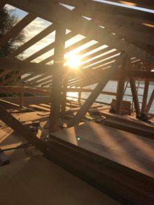 ログハウスと夕日