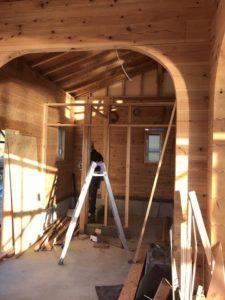 ログハウス組み立て作業中